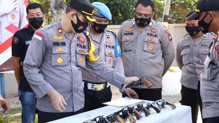 Polres Karimun mengecek senpi dinas anggota, Jumat (5/3/2021)