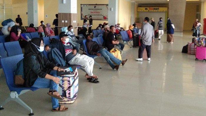Suasana ruang tunggu pintu keberangkatan penumpang di Pelabuhan Ferry Domestik Sekupang