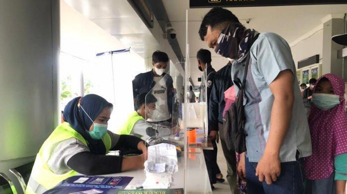 Penumpang melakukan pendaftaran pemeriksaan Genose di Pelabuhan Domestik Sekupang, Batam