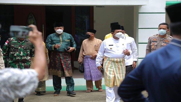 Bupati Anambas Abdul Haris bersama Gubernur Kepulauan Riau Ansar Ahmad saat akan menuju ke lokasi vaksinasi di RSUD Tarempa, bertolak dari kediaman rumah dinas Bupati Kepulauan Anambas, Kamis (24/6/2021)