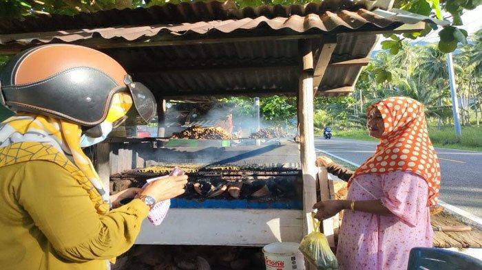 Cerita Wanita Paruh Baya di Natuna Jualan Makanan Lemper, Bantu Ekonomi Keluarga