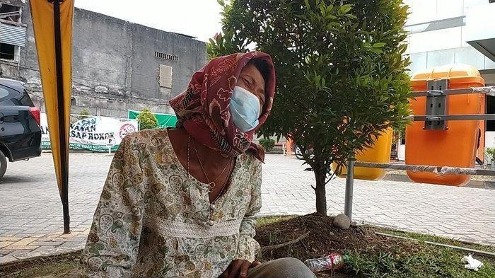 Rosianna Nainggolan menangis di pelataran RS Hermina, Jalan Asrama Medan, Rabu (4/8/2021) lantaran anaknya meninggal karena Covid-19. Jenazah anaknya saat ini belum dapat dimakamkan.