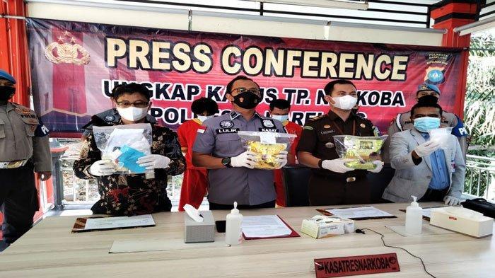 Kasat Reserse Narkoba Polresta Barelang, Kompol Lulik (tengah) saat melakukan konferensi pers pengungkapan kasus narkoba, Kamis (5/8/2021)