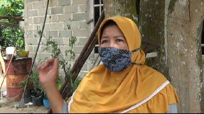 Zaleha, ibu kos di tempat korban Siti Soleha dan pelaku Bernard Nabu tinggal di Gang Taher RT003/RW001 Pemukiman Desa Malang Rapat, Kecamatan Gunung Kijang,Bintan