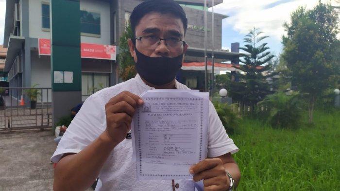 Komisioner KPPAD Kepri, Erry Syahrial menunjukkan fotokopi surat keterangan kelahiran bayi pasangan Indrial Eka Putra (48) dan Anika Yulia (41).
