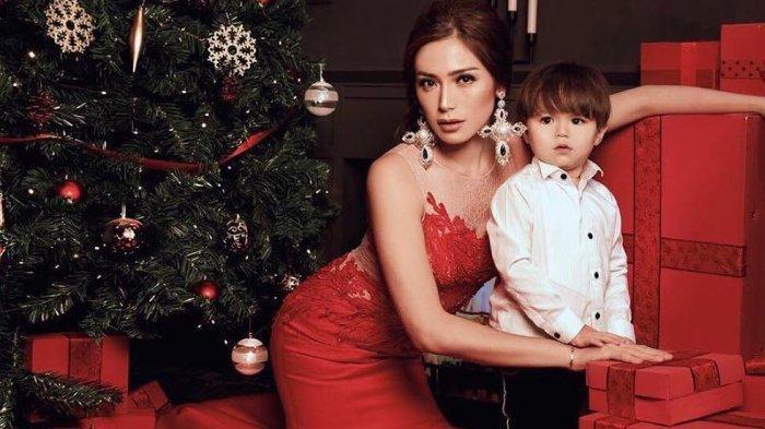 Unggahan Jessica Iskandar Cium Bibir Anaknya Tuai Pro Kontra, Psikolog Beri Penjelasan Soal Itu