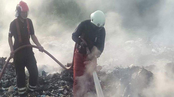 Butuh 2 Jam, Petugas Damkar Padamkan Api yang Bakar Tumpukan Sampah di Bintan