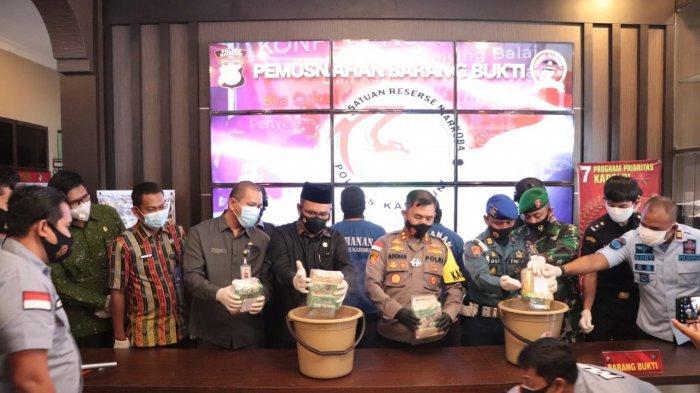 Satuan Reserse Narkoba Polres Karimun memusnahkan 4.110 gram sabu Jumat (4/12/2020) siang.