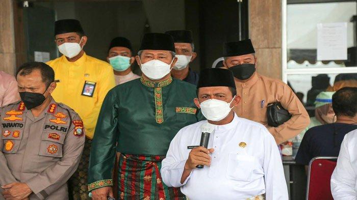 Penyampaian dan himbauan oleh Gubernur Kepulauan Riau Ansar Ahmad kepada masyarakat, PNS dan PTT di Anambas tentang keharusan untuk melaksanakan vaksinasi.