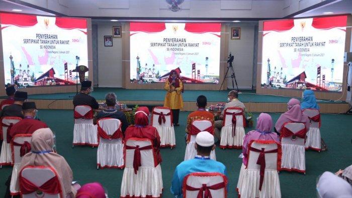Warga penerima sertifikat tanah di Tanjungpinang sedang menerima arahan dari Wali Kota Tanjungpinang Rahma, seusai kegiatan video conference