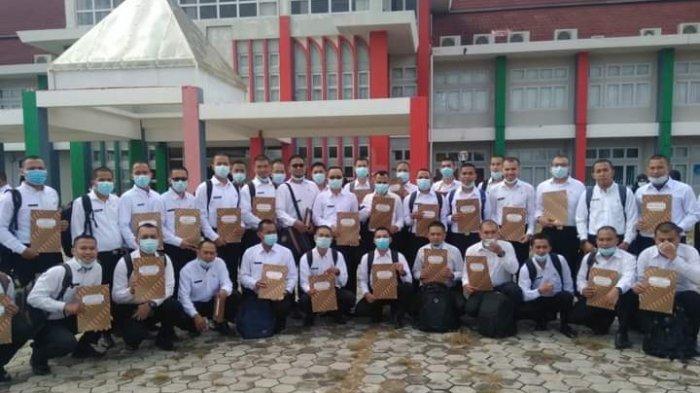Peserta Calon Pegawai Negeri Sipil (CPNS) menerima SK CPNS 2019 dari Wakil Bupati Kepulauan Anambas, Wan Zuhendra, Selasa (5/1/2021)