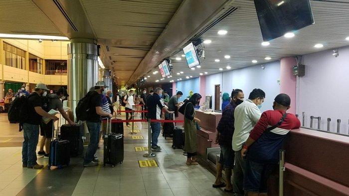 Suasana Check-in Counter maskapai Garuda Indonesia di Bandara Hang Nadim Batam, sebelum penerbangan dari Batam menuju Jakarta dilakukan, Rabu (6/5/2020).