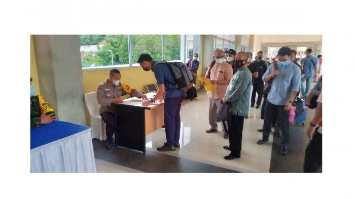 Satgas covid-19 bersama Polsek KKP melakukan memeriksa persyaratan penumpang yang akan berangkat dari Pelabuhan Batam, di hari pertama larangan mudik berlaku, termasuk untuk lokal Kepri