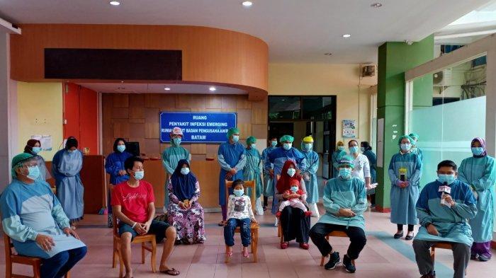 Seremoni pemulangan lima pasien sembuh Corona di RSBP Batam, Sabtu (6/6/2020). Kelimanya merupakan satu keluarga.