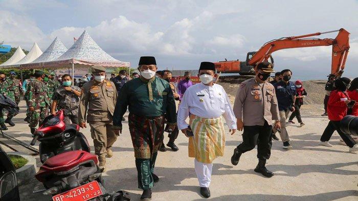 Bupati Kepulauan Anambas Abdul Haris dan Gubernur Kepulauan Riau Ansar Ahmad saat setelah melakukan peninjauan vaksinasi dan menuju ke DPRD Anambas untuk paripurna HUT Anambas ke-13