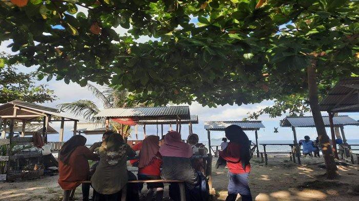 Belum Dibuka untuk Umum, Pengunjung Ramaikan Objek Wisata Pantai Tanjung Natuna