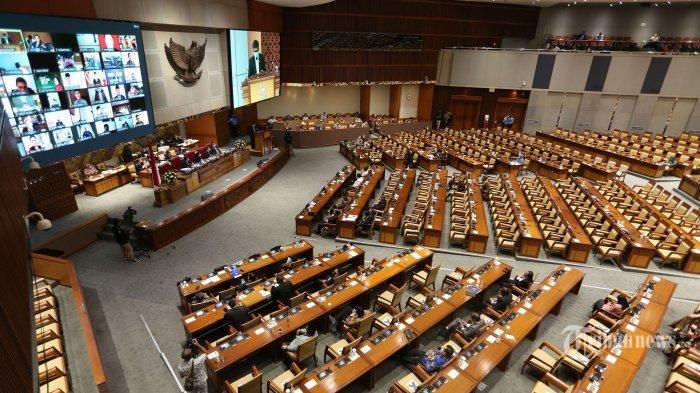 Suasana pembahasan tingkat II RUU Cipta Kerja pada Rapat Paripurna di Kompleks Parlemen, Senayan, Jakarta, Senin (5/10/2020)