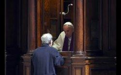 PENGAKUAN DOSA - Pemimpin Umat Katolik, Paus Fransiskus sedang mendengarkan pengakuan dosa dari seorang umat Katolik.