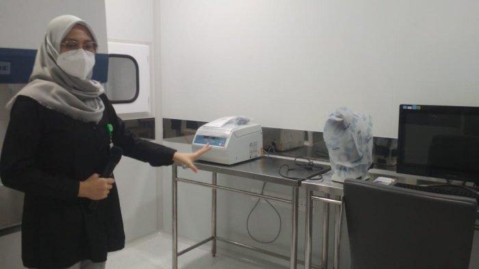 Satu di antara tim dokter RSAB menjelaskan beberapa ruangan lab khusus pada klinik Tunas Bangsa. Awal Bros buka layanan program bayi tabung pertama di Batam