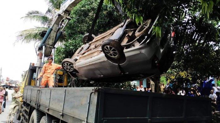 KECELAKAAN DI BATAM - Satu Mobil Masuk Parit, Ini Penyebab Tabrakan Beruntun di Tanjungriau