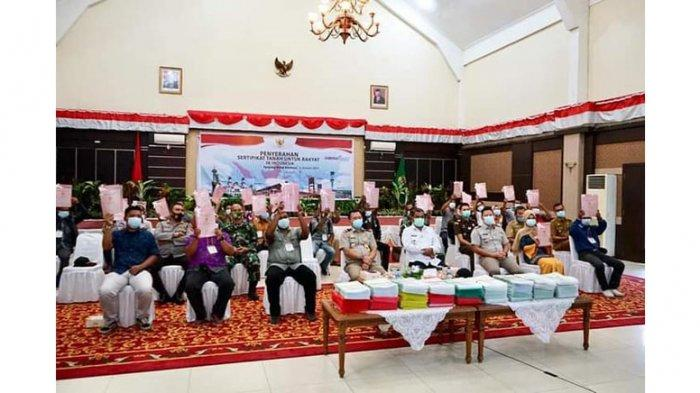 Bupati Karimun Aunur Rafiq menyerahkan 2300 sertifikat tanah kepada warga