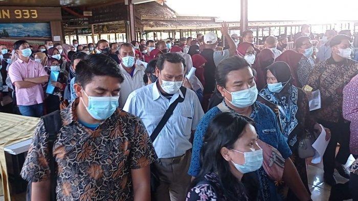 TAKUT Kehabisan Jatah Vaksin, Ribuan Guru Padati Golden Prawn Batam