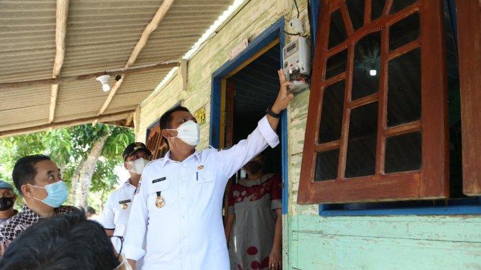 Gubernur Kepri, Ansar Ahmad saat meresmikan 10 Desa Berlistrik Provinsi Kepri 2021 di Desa Baran Kabupaten Lingga, Rabu (7/4/2021)
