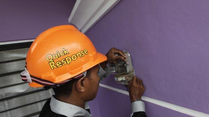 Petugas bright PLN Batam sedang memeriksa meteran listrik