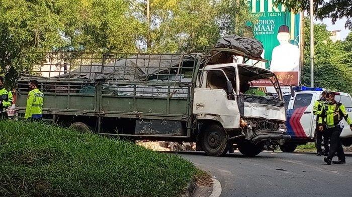 Kecelakaan di Batam, Lori Mitsubishi Tabrak Kontainer di Jalan Yos Sudarso Seraya Atas