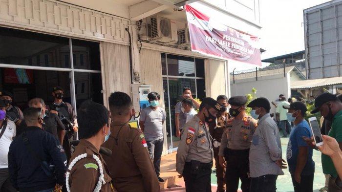 Belasan Personel Polisi Tenangkan Massa di Kantor Kejari Bintan