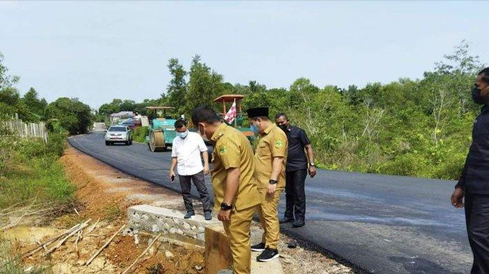Bupati Lingga, Muhammad Nizar dan Wakil Bupati Lingga, Neko Wesha Pawelloy saat memantau akses jalan yang sudah selesai diaspal
