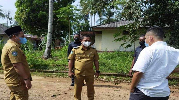 Bupati Lingga, Muhammad Nizar dan Wakil Bupati Lingga, Neko Wesha Pawelloy saat mengobrol bersama warga setempat melihat akses jalan