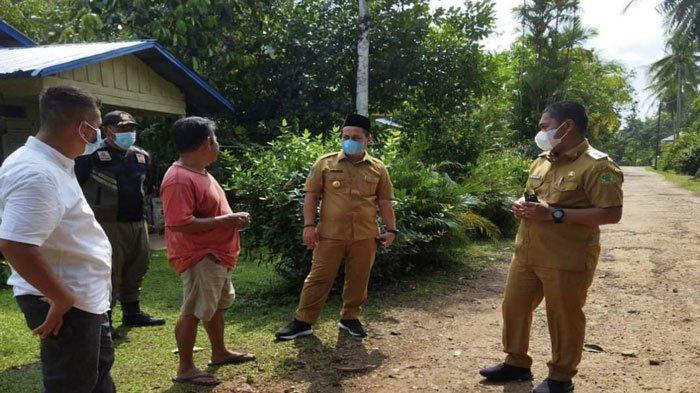 Bupati Lingga, Muhammad Nizar dan Wakil Bupati Lingga, Neko Wesha Pawelloy saat mengecek jalan yang belum tersentuh pembangunan