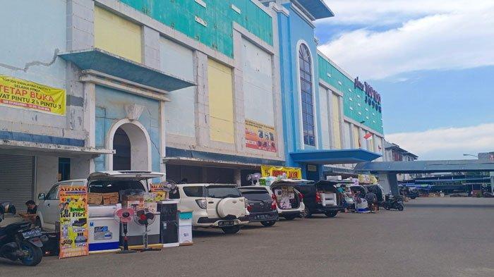 Beberapa pemilik toko dan karyawan toko elektronik terpaksa berjualan di halaman Top 100 Jodoh saat PPKM Level 4 dengan mobil, Sabtu, (7/8/2021)