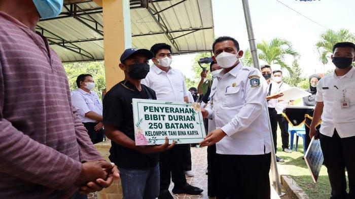 Gubernur Kepri Bagi-bagi Bibit Durian di Bintan, Ini Harapannya