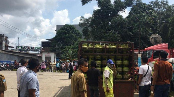 SATGAS MIGAS - Suasana saat Satgas Migas Bintan melakukan operasi pasar gas elpiji 3 kilogram di Tanjunguban, Bintan, Selasa (6/10/2020)