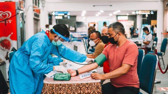 Suasana saat sejumlah karyawan hotel dan resort di Kawasan Lagoi, Bintan menjalani vaksinasi Covid-19.