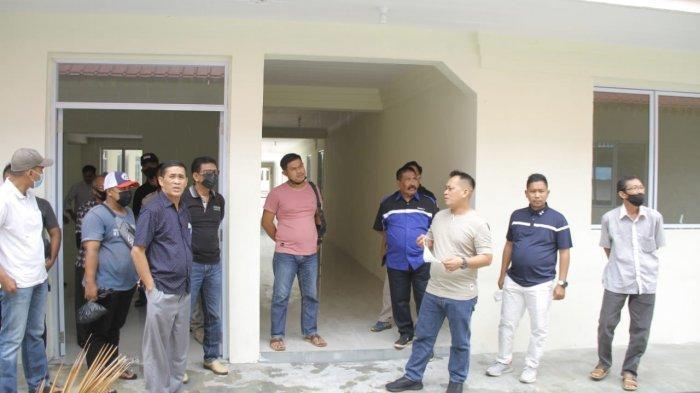 Bupati Lingga Muhammad Nizar dan Wakil Bupati Lingga Neko Wesha Pawelloy meninjau lokasi Gedung Kampus Politeknik Lingga, Dabo Singkep, Provinsi Kepri, Minggu (7/3/2021)