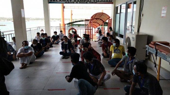 Sejumlah WNI yang dipulangkan dari Malaysia tiba di Pelabuhan Sri Bintan Pura Tanjungpinang dengan memakai kapal Mitra Indah 99, Kamis (8/4/2021)