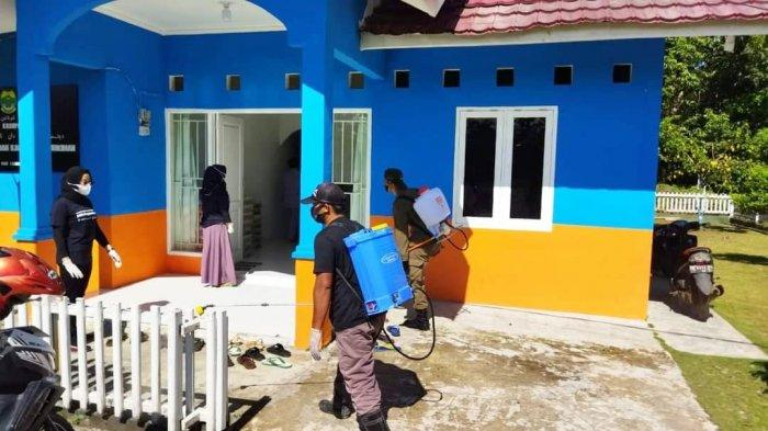 Penyemprotan disinfektan di Rumah Dinas, Daik, Kecamatan Lingga, Kabupaten Lingga