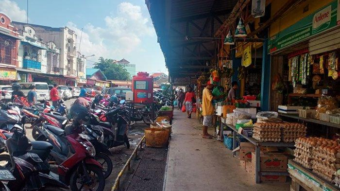 Suasana Pasar Mitra Raya I, Kelurahan Teluk Tering, Kecamatan Batam Kota, Batam, masih disambangi pembeli sejak hari pertama aturan PPKM Mikro diberlakukan, Kamis (8/7/2021).
