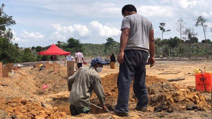 Dalam sepekan terakhir, jumlah mayat covid-19 yang dimakamkan oleh yayasan Khairul Umma selaku pengelola makam di TPU Sei Temiang terus meroket.