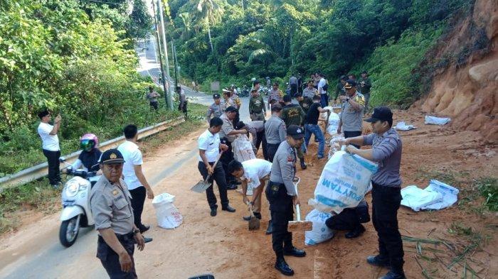 Anggota Polres Masuk Desa Tarempa Selatan, Temui Tugino Penderita Stroke dan Hipertensi Akut