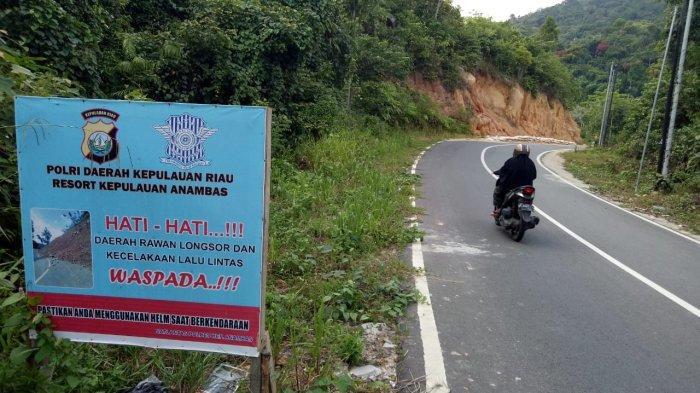 Hati-hati Melintas di Jalan Ibrahim Sattah Kecamatan Siantan, Ada Tanah Longsor Masuk ke Jalan