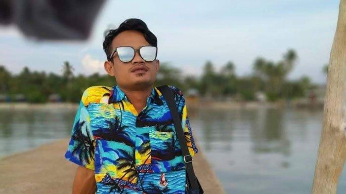 Foto Dian Fanama, seorang pemuda asal Desa Sungai Buluh, Kecamatan Singkep Barat, Kabupaten Lingga kembangkan potensi wisata Pantai Sunset