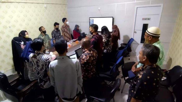 Para OPD berdiri tegak mendengarkan lagu kebangsaan Indonesia Raya, di Daik, Kecamatan Lingga, Kabupaten Lingga, Kamis (8/7/2021)