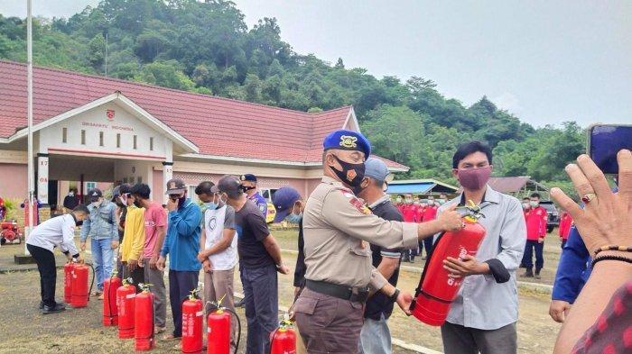 Penyerahan tabung alat pemadam api ringan (APAR) kepada masyarakat Kelurahan Letung, Desa Air Biru, dan Kecamatan Jemaja, Anambas, Kamis (8/7/2021)