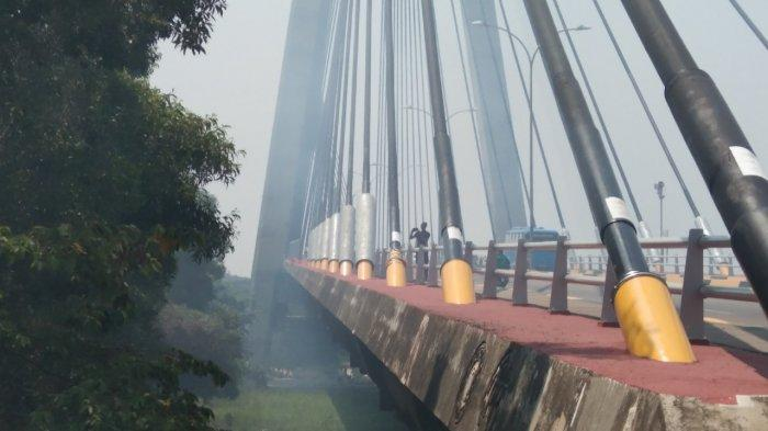Land Around Barelang I Bridge Batam Get Burned! Fire Continously Devour The Forest Under The Bridge.