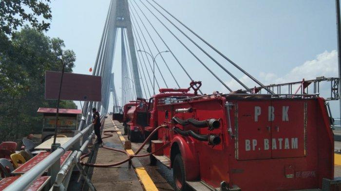 Batam City: Land Under The Bridge I Barelang Get Burned, Smoke Disturbs The Rider's View