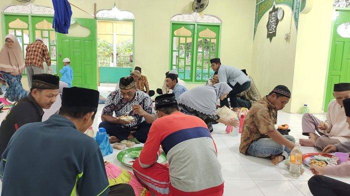 Warga Desa Sungai Buluh Kecamatan Singkep Barat Kabupaten Lingga saat makan bersama di awal Bulan Safar 1443 H, Rabu (8/9/2021)